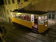 Lizbon'un yokuş çıkan sarı tramvayları